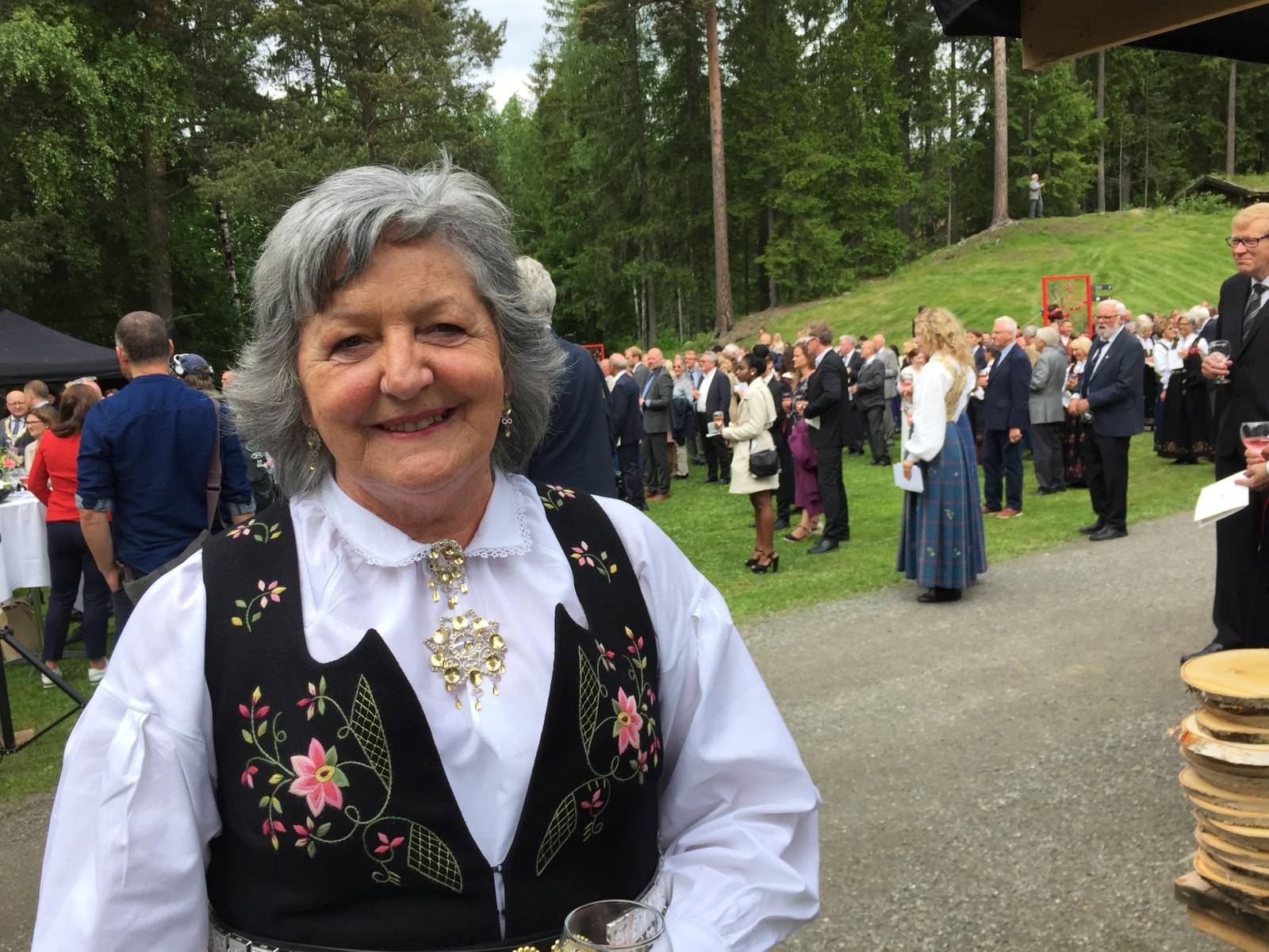 Ingunn Letnes fra Torpa i Nordre Land hadde skaffet seg helt ny bunad til hagefesten.