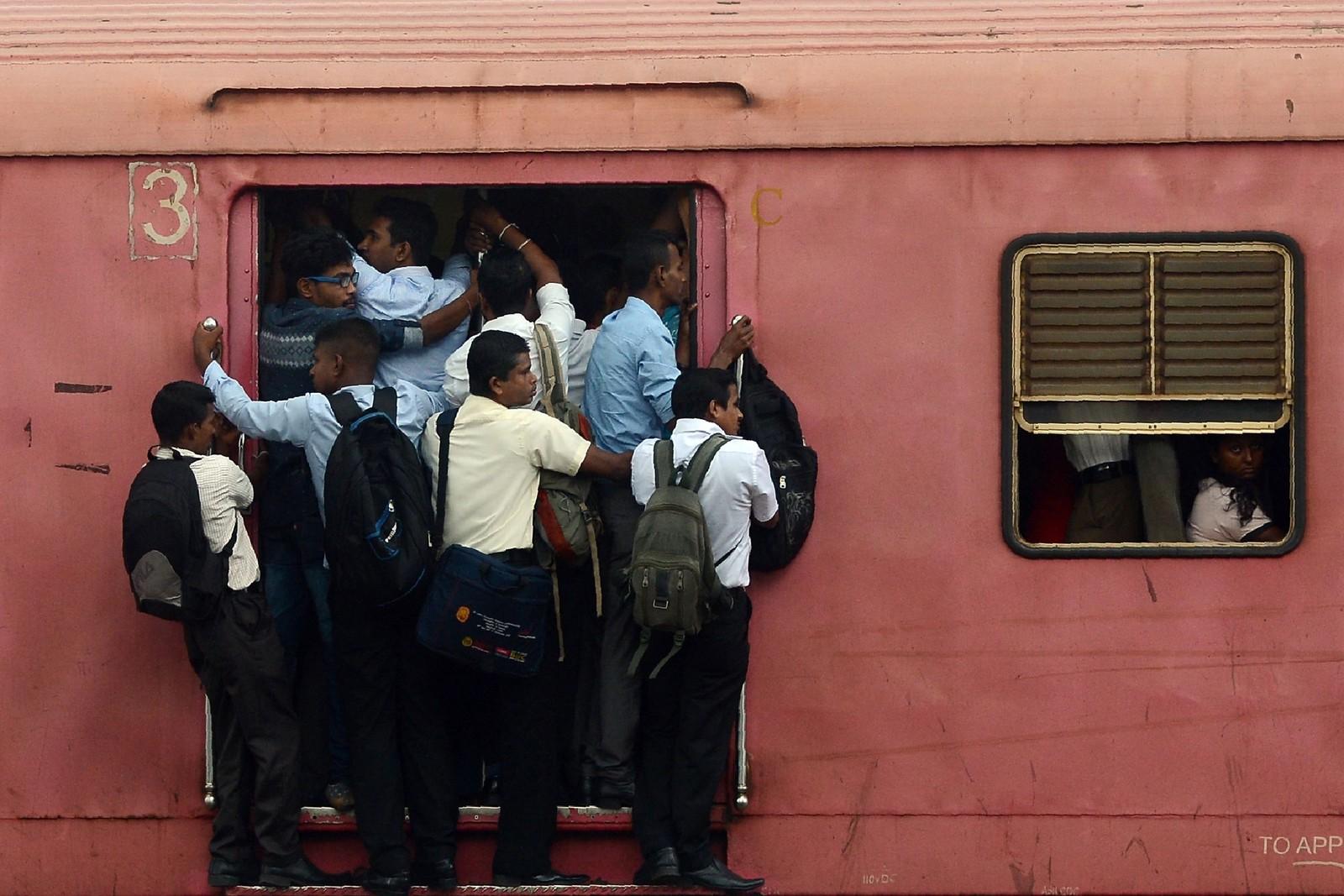 Tog er et rimelig transportmiddel på Sri Lanka, noe som gjør at det ofte er trangt om plassen.