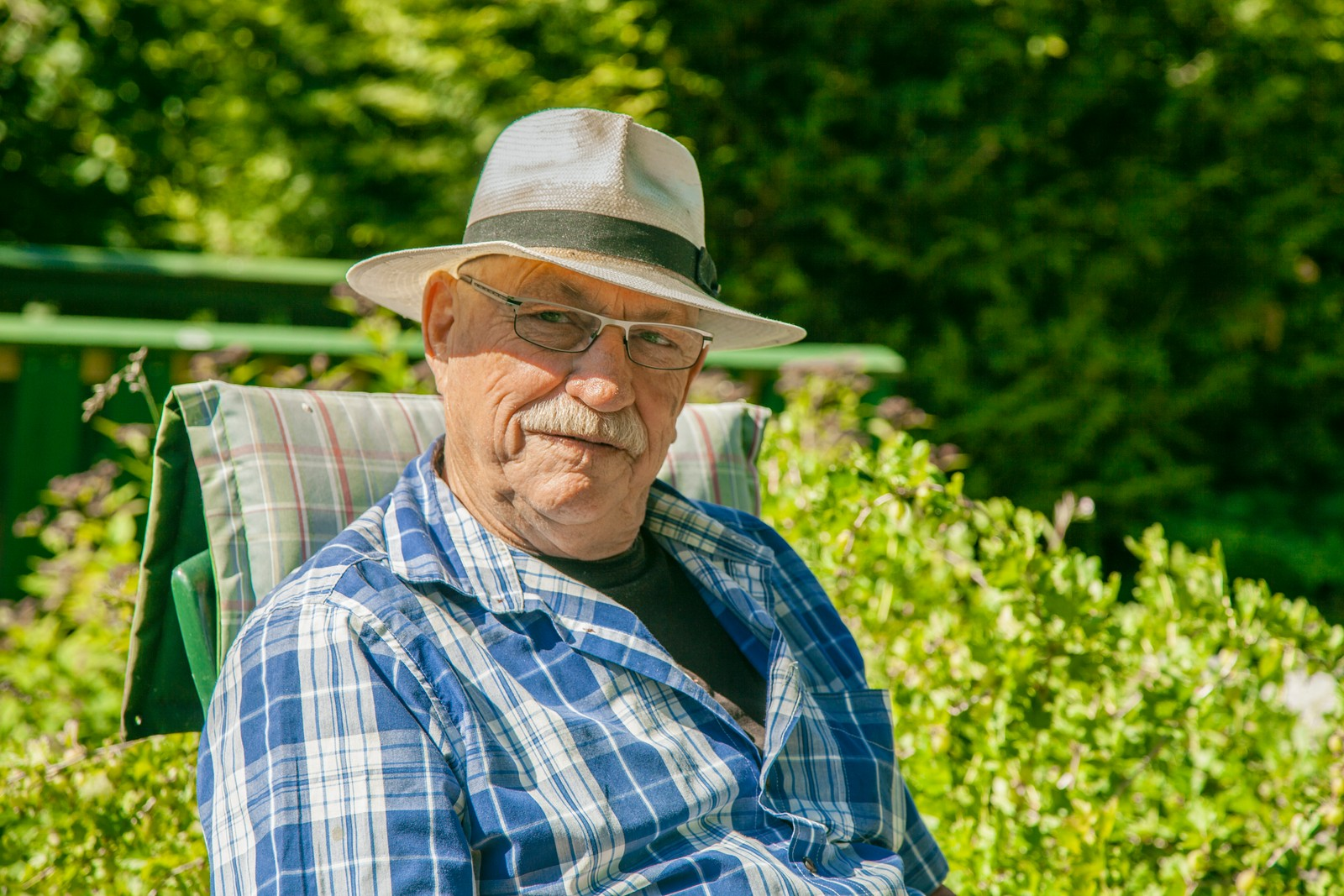 - De som måtte se meg her, tror sikkert jeg bare driver dank når de ser meg sitte her i hagen og slappe av, men det er da jeg tenker, påpeker Gert Nygårdshaug fra sin hagestol.