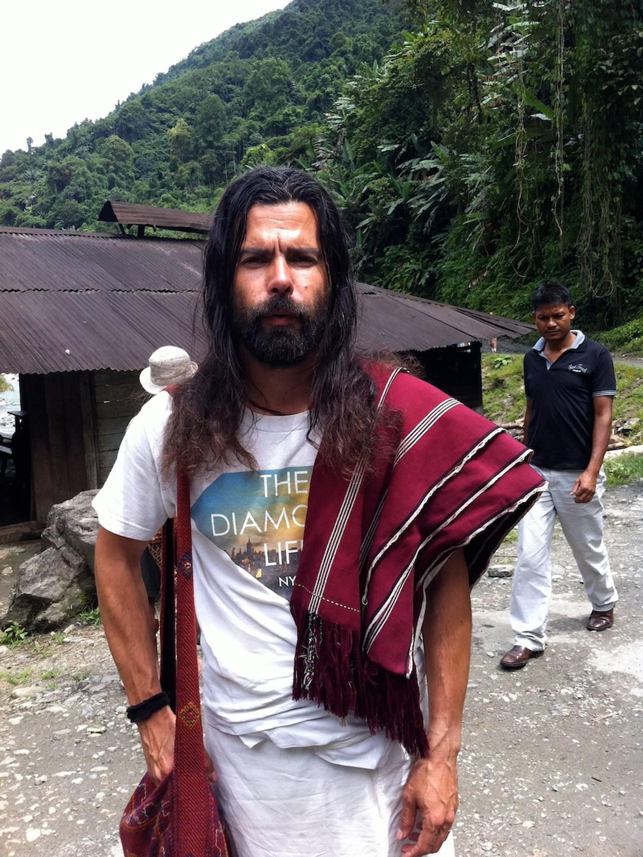 Jørgen Nøvik på vandring i Himalaya, svett og fornøyd, blikket rett i kamera