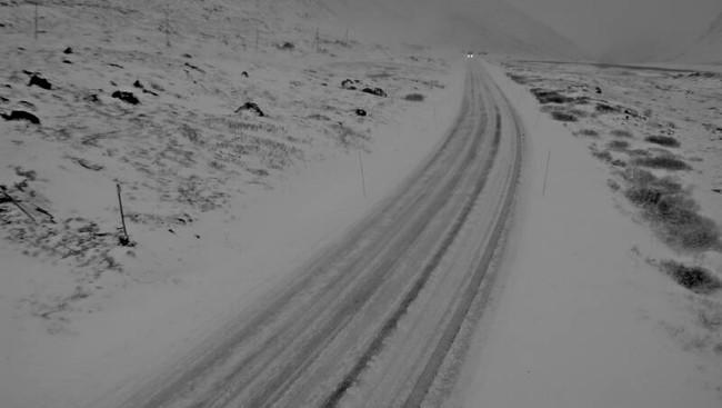 SNØ I VEGEN: Slik er det ut tysdag morgon på Hemsedalsfjellet like før klokka 08:30.