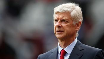 Arsene Wenger ser mot venstre