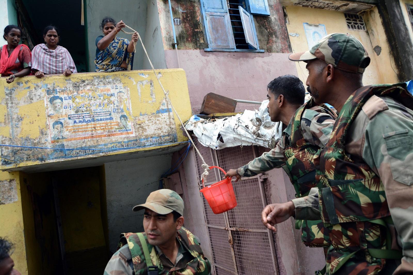 Den indiske hæren leverer forsyninger til beboere som er fanget i blokken sin. Dette er det kraftigste regnfallet på hundre år i delstaten Tamil Nadu i India.
