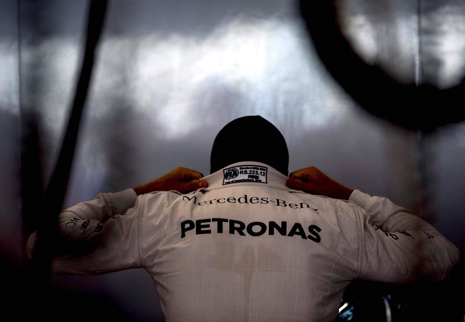 Nesten klar for stor fart. Formel 1-sjåfør Lewis Hamilton gjør seg klar til en treningsrunde i Spa i Belgia den 26. august.