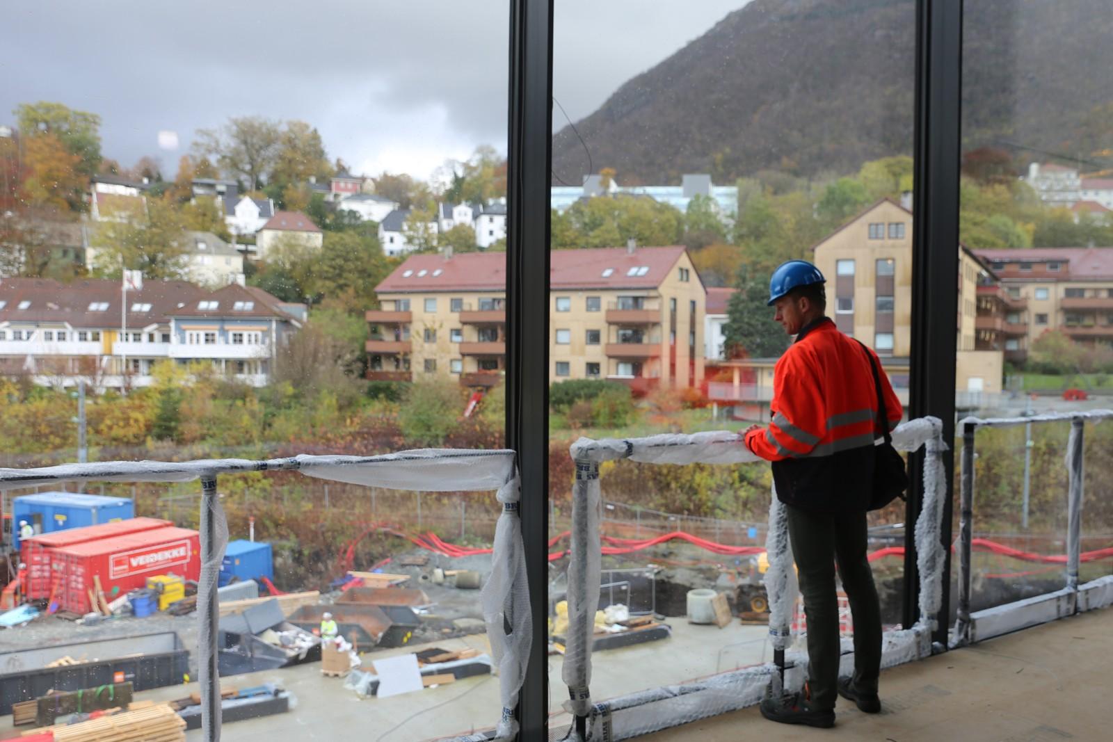 "Prosjektsjef Hans Thomas Holm i Statsbygg ser på utsikten på ""baksiden"" av bygget."
