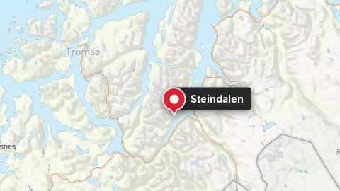 En kvinne sitter fastklemt i en bil sør for Steindalen i Storfjord.