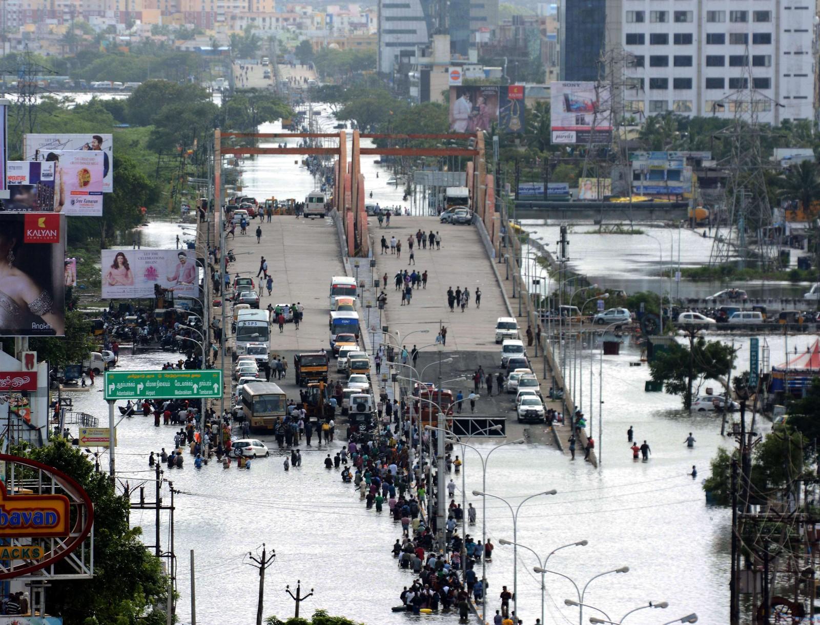Vann stanset kjøretøy fra å kjøre videre på denne veien. Dette er det kraftigste regnfallet på hundre år i delstaten Tamil Nadu i India.