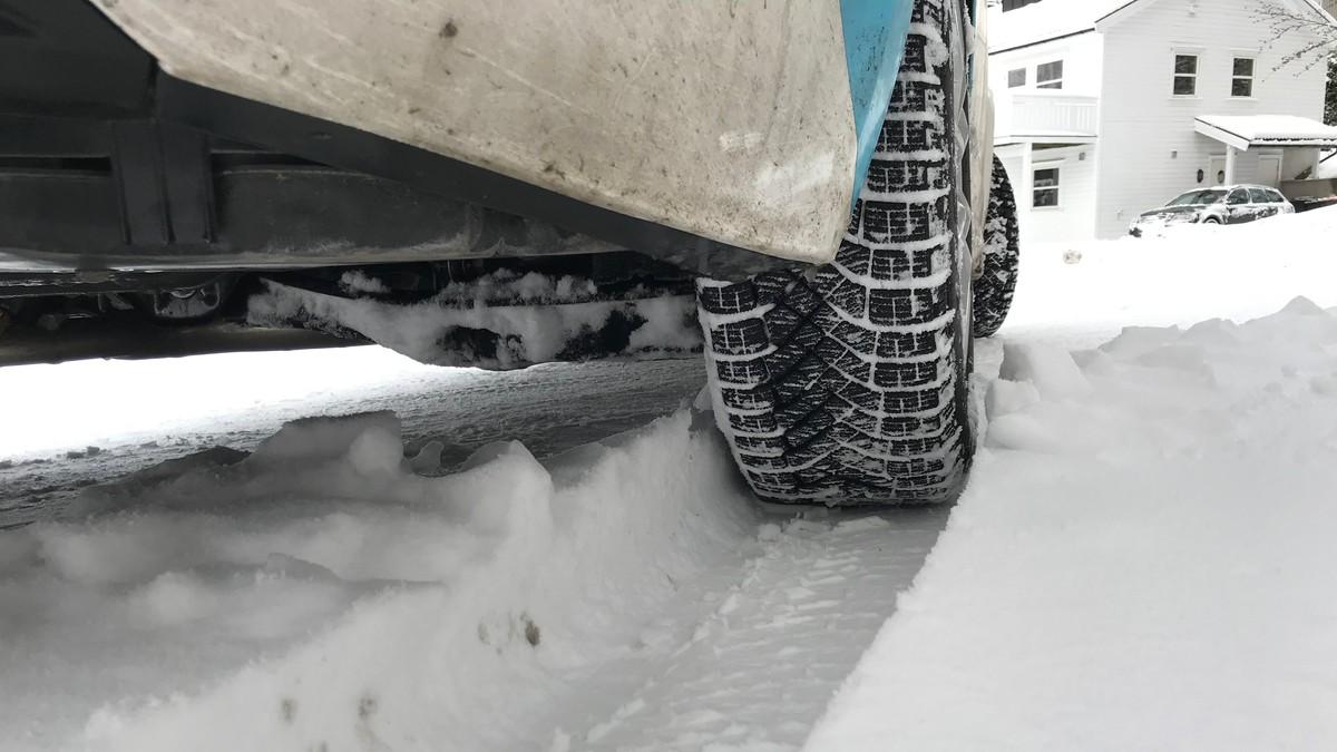 Et bildekk i snø.