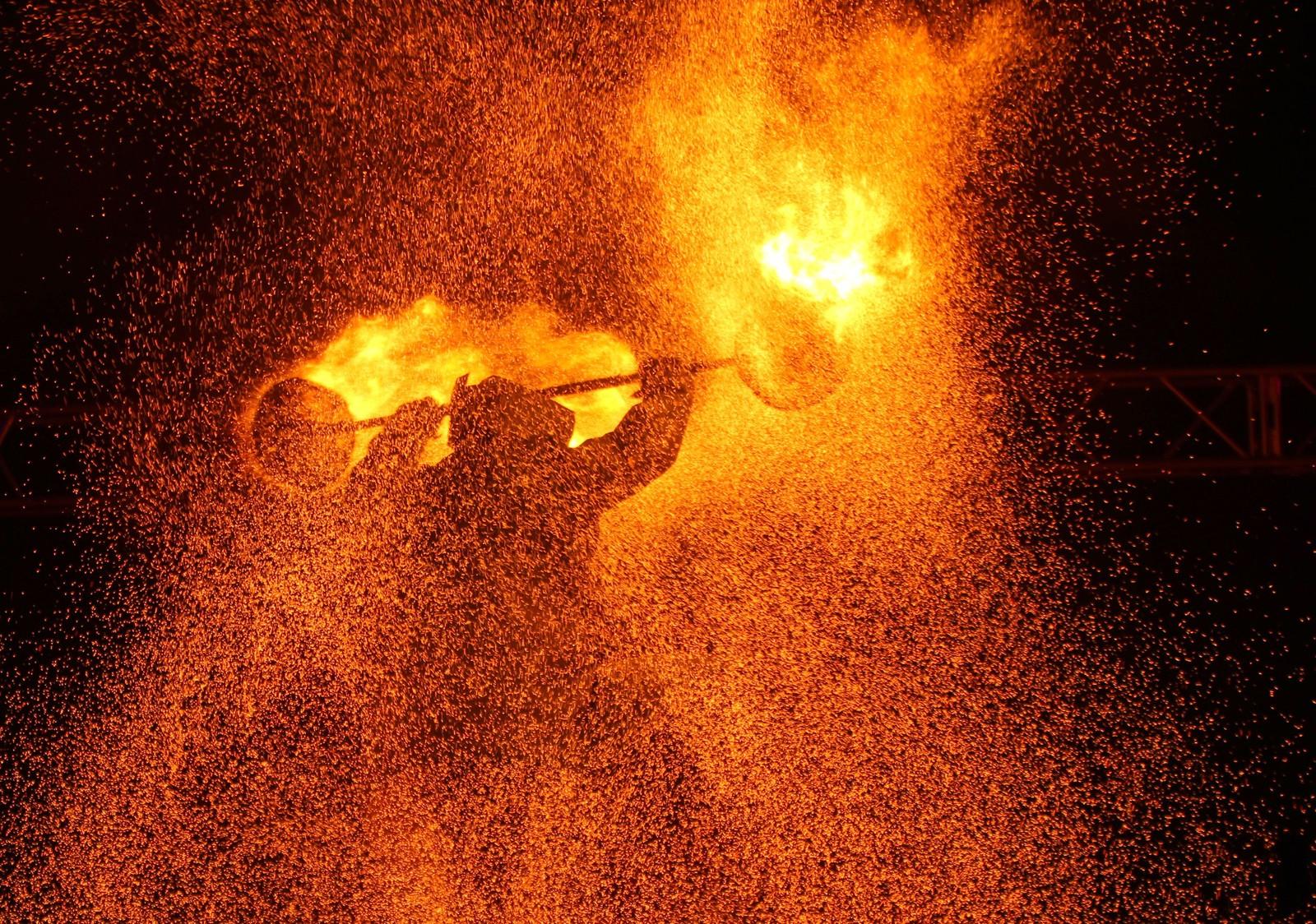 "En festival med flammer i fokus fant sted i Minsk, Hviterussland denne uka. Fotografens lange lukkertid fanget dette blinkskuddet under festivalen med navnet ""Miff-2015""."