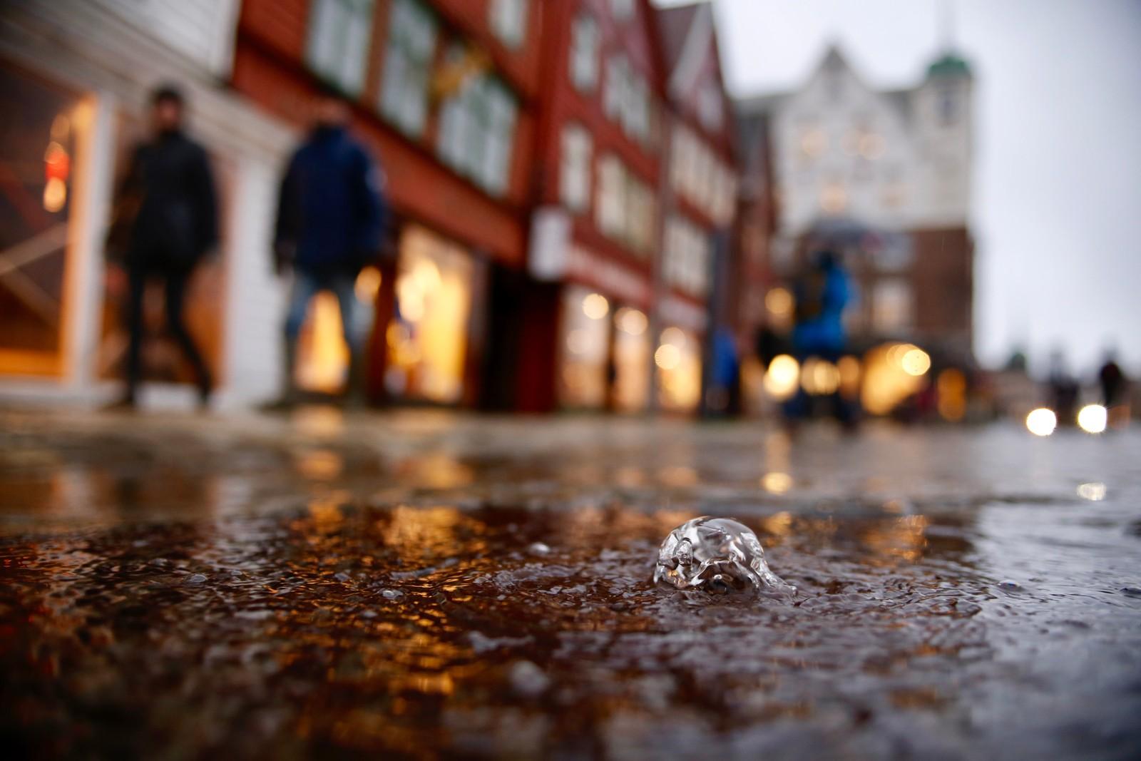 Vannet piplet i beskjedne mengder opp fra kumlokkene ved Bryggen i Bergen, men noen oversvømmelse ble det aldri.