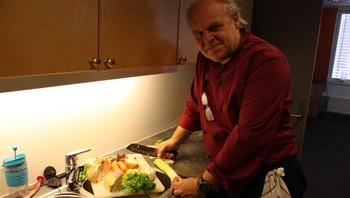 Arild Overn koker suppe