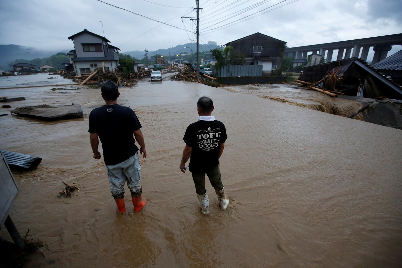 Innbyggere ser å ødeleggelsene i Asakura, Fukuoka.