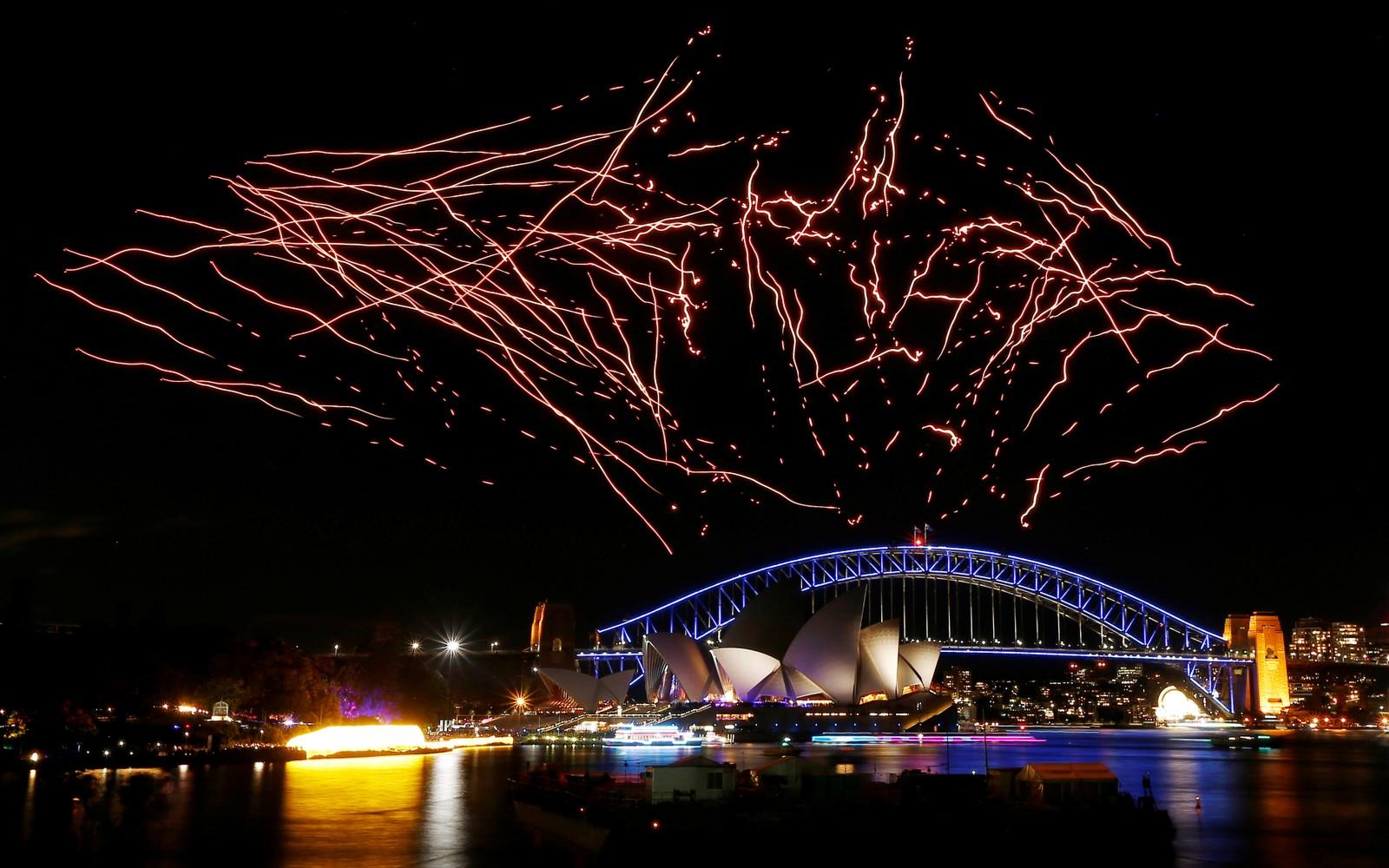 100 opplyste droner flyr under en oppvisning over Sydney Harbour Bridge og Operahuset i Sydney i Australia. Showet var en del av lysfestivalen Vivid Sydney torsdag.