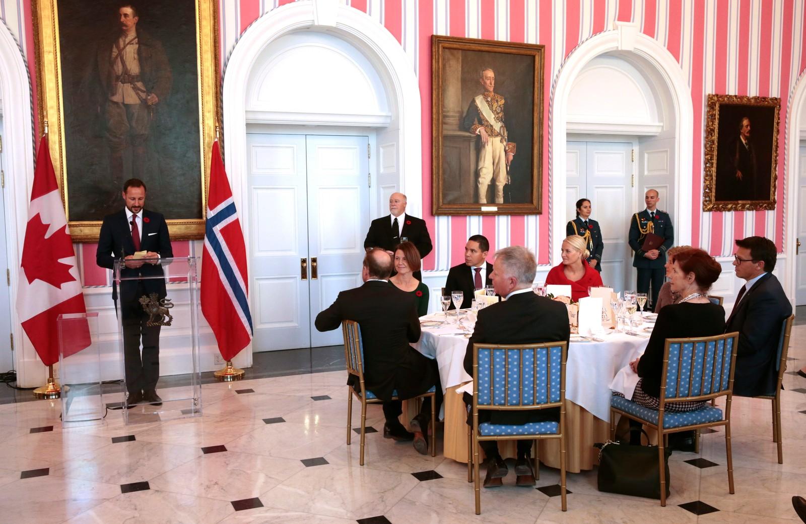 Kronprins Haakon talte på fransk og engelsk under ein arbeidslunsj hos den canadiske generalguvernøren måndag.