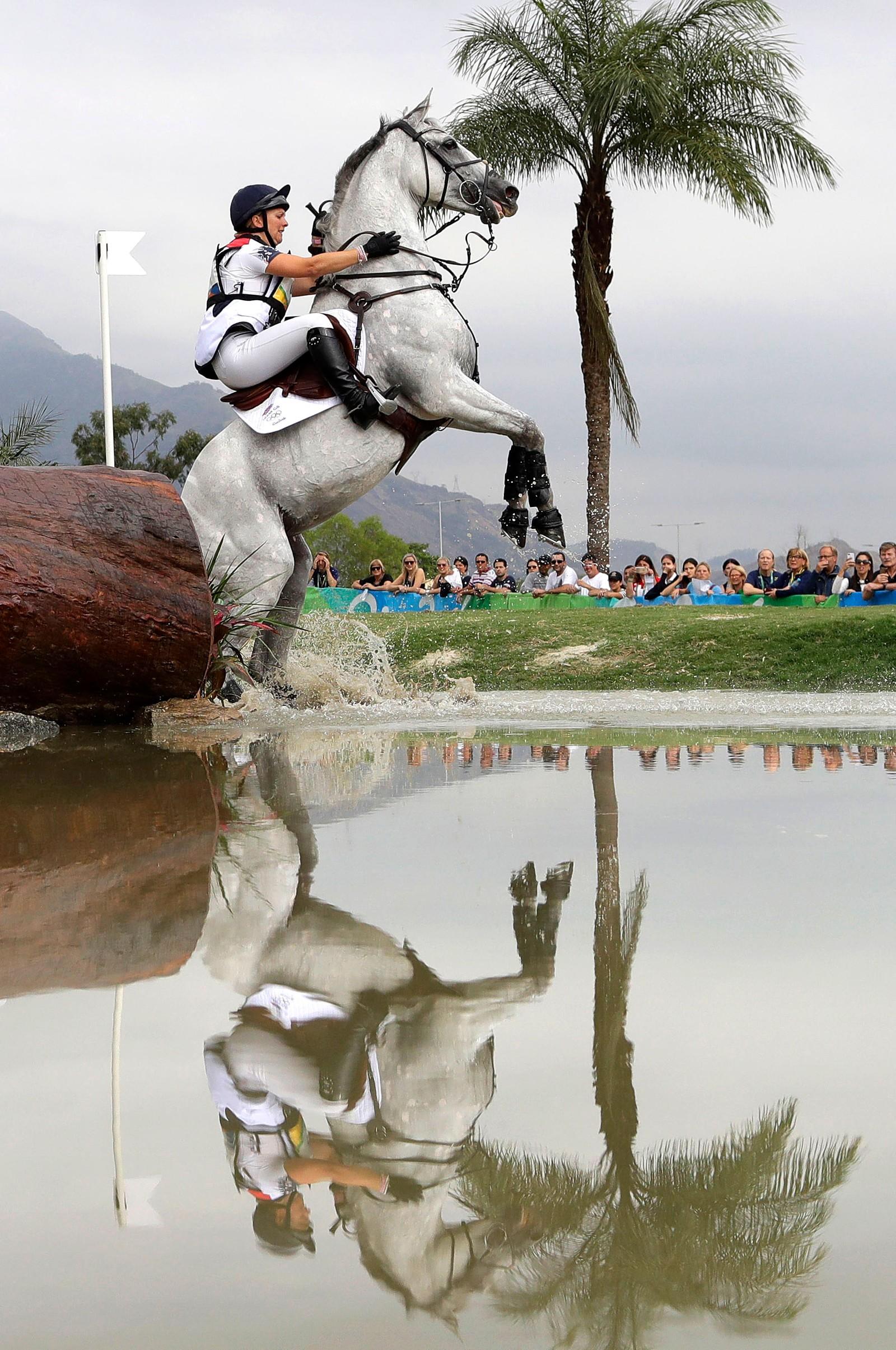 Hesten Quicklook V nekter å samarbeide med rytter Gemma Tattersall under OL-konkurransen i feltritt i Rio de Janeiro i Brasil den 8. august.