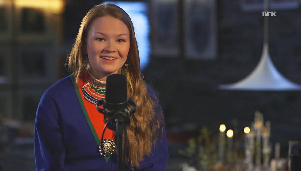 Marja Helena Fjellheim Mortensson sitter og synger under Our Songs