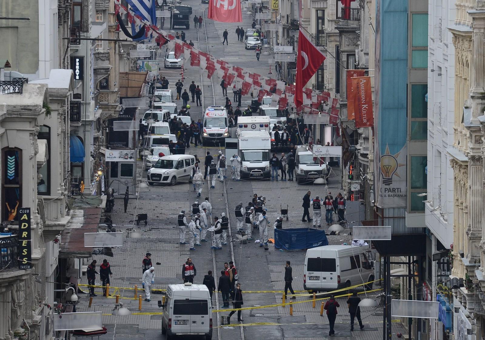 Flere kjøpesentre og butikker som tilhører internasjonale kjeder, ligger i gaten. Bare noen hundre meter unna stedet hvor eksplosjonen ble utløst lørdag, pleier politibusser å stå parkert.