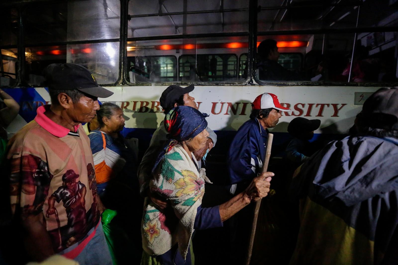 Styresmaktene har sett opp bussar som skal ta med dei eldre til evakueringssentra i Bluefields i Nicaragua.