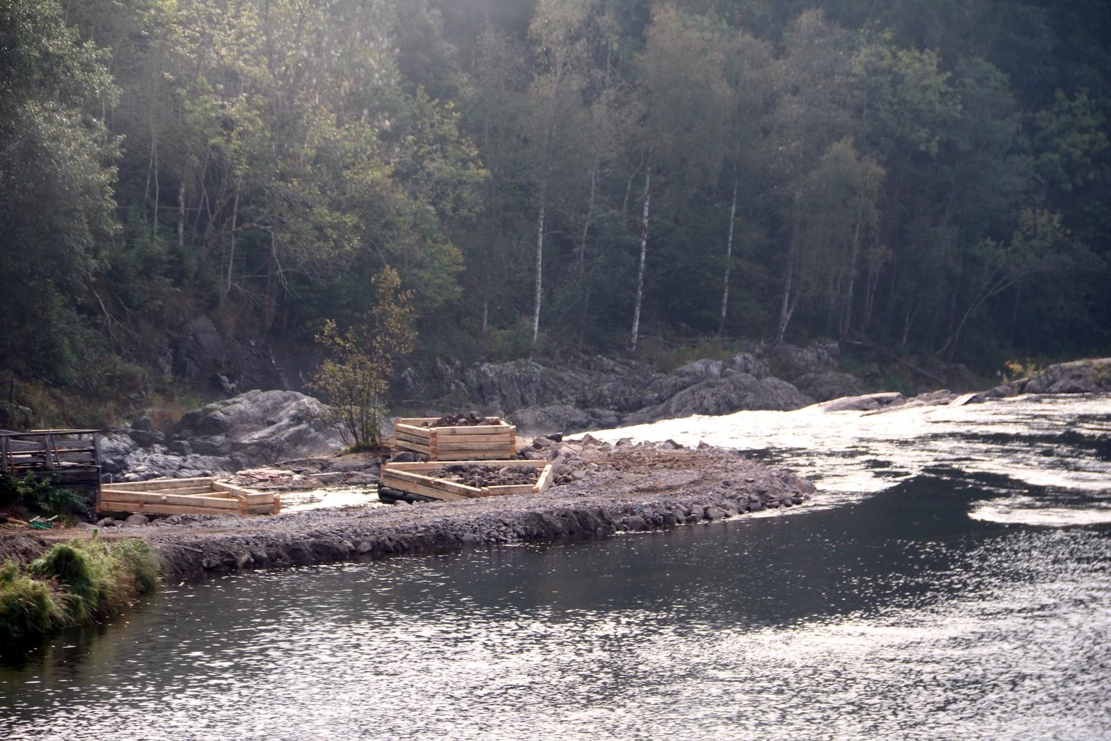 ØSTRE FOSSELØP: Det er her tømmerkassene befinner seg. Laksen går opp elva, men når den kommer hit, fanges den. Kvoten hvert år er 400 kilo.Hver torsdag om sommeren fanges rundt 16 laks og auksjoneres bort, resten slippes rett ut igjen.