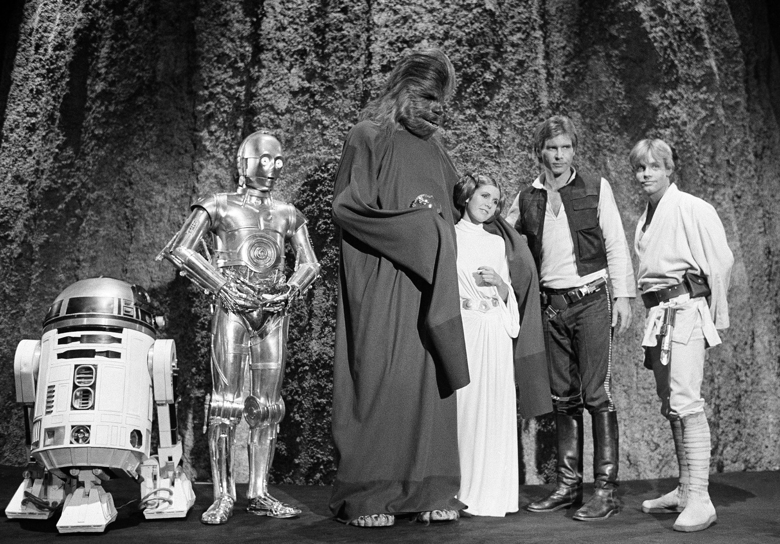 IKONER: De originale karakterene fra «Star Wars» er blitt ikoner. Bildet fra 1978 viser fra venstre skuespillerne Kenny Baker, Anthony Daniels, Peter Mayhew, Carrie Fisher, Harrison Ford og Mark Hamill under filmingen av TV-innslaget «The Star Wars Holiday» i Los Angeles.