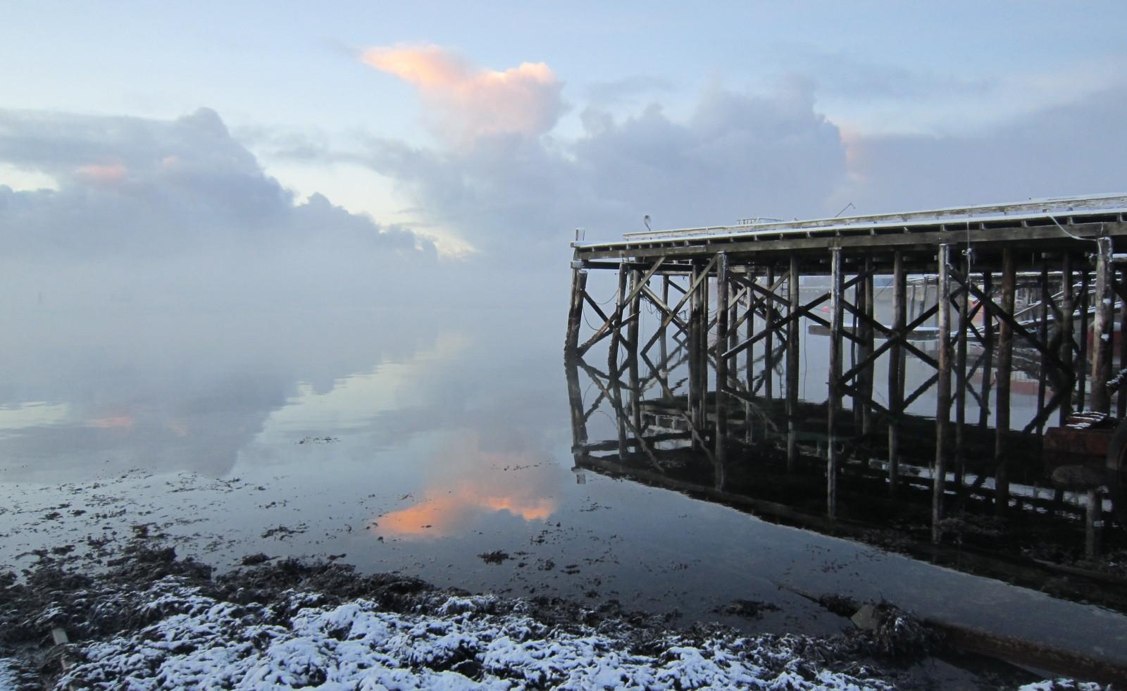 Stille og kjølig vinterdag ved sjøkanten