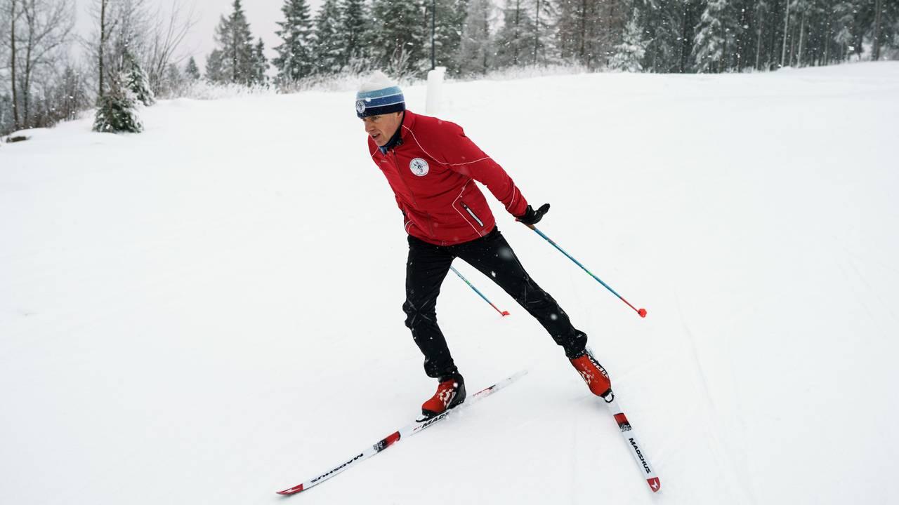 Erik Eide fra Skiforeningen demonstrerer god teknikk når det kommer til skøyting på langrennski.