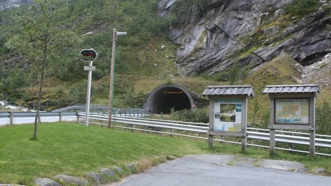 Fjærlandstunnelen stod klar i 1986, sjølv om vegen om Fjærland tapte kampen om tverrsambandet tidleg på 1970-talet. Foto: Kjell Arvid Stølen, NRK.