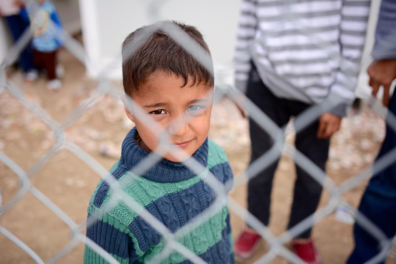 Fem år gamle Farshad fra afghanistan venter sammen med familien i leiren på svar om de får asyl eller blir sendt til Tyrkia.