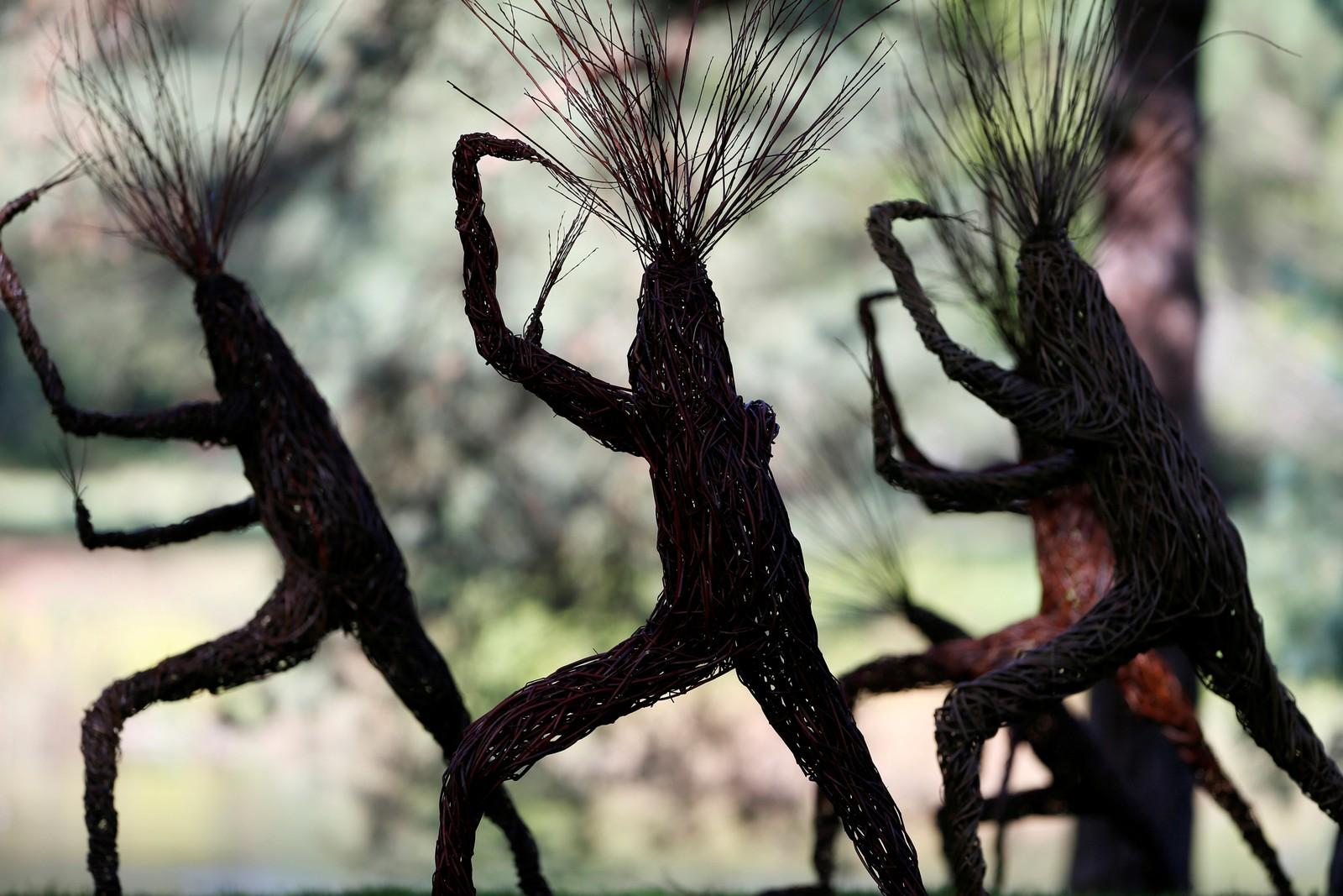 Disse dansende trefigurene signert Woody Fox kan du se i Kew Gardens i London.