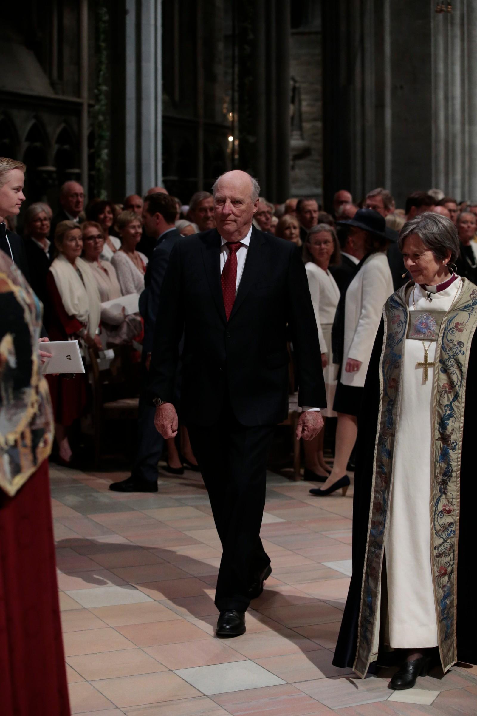 Kong Harald og preses Helga Haugland Byfuglien på vei inn i Nidarosdomen
