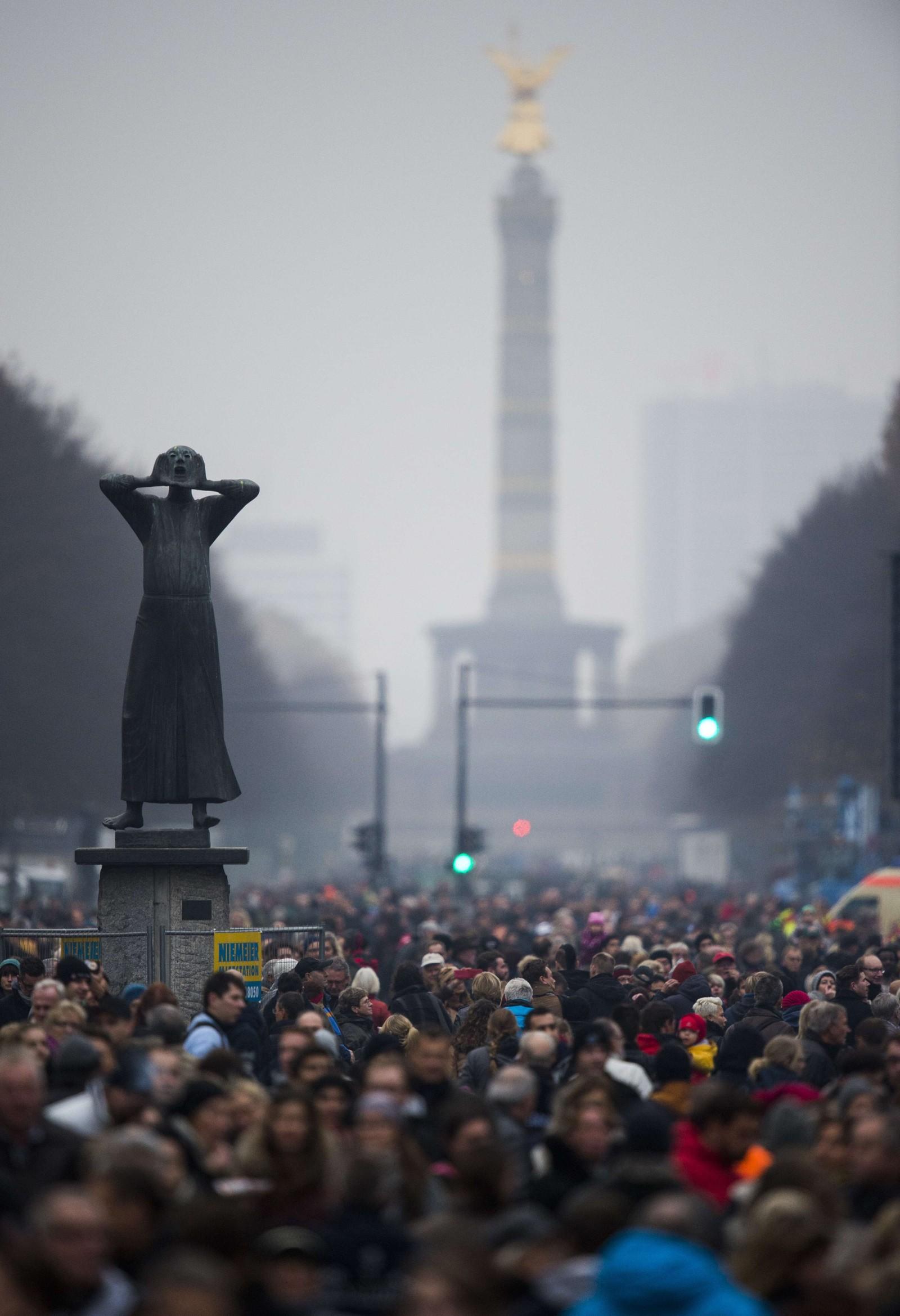 Die Siegesäule i Tiergarten, og tusenvis av mennesker.