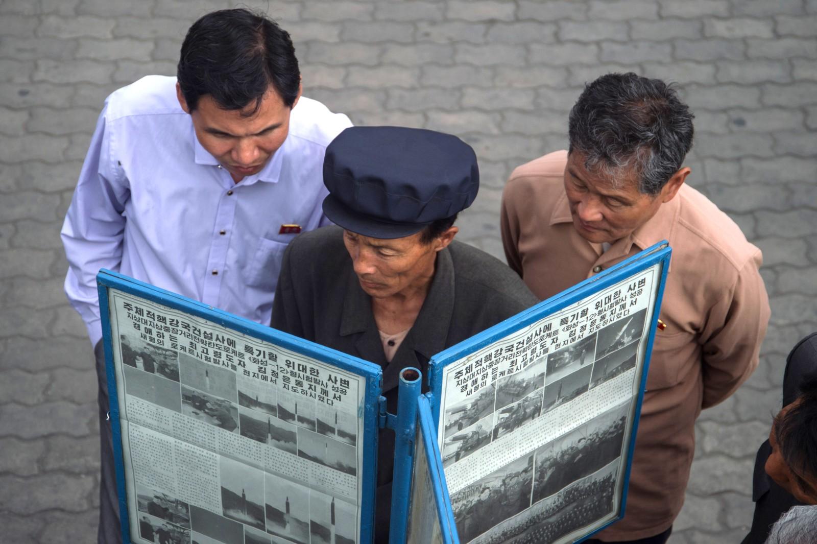 Mennesker samler seg rundt et nyhetsstativ for å lese om oppskytingen av en ballistisk missil dagen før i den nordkoreanske avisen Rodong Sinmun. Bildet er tatt i Pyongyang den 15. mai.