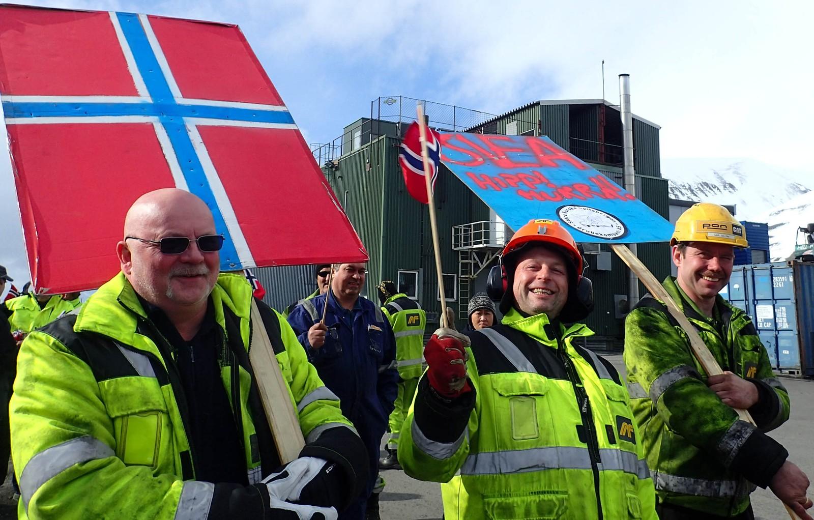 Glade gruvearbeidere feirer 17. mai på Svalbard.