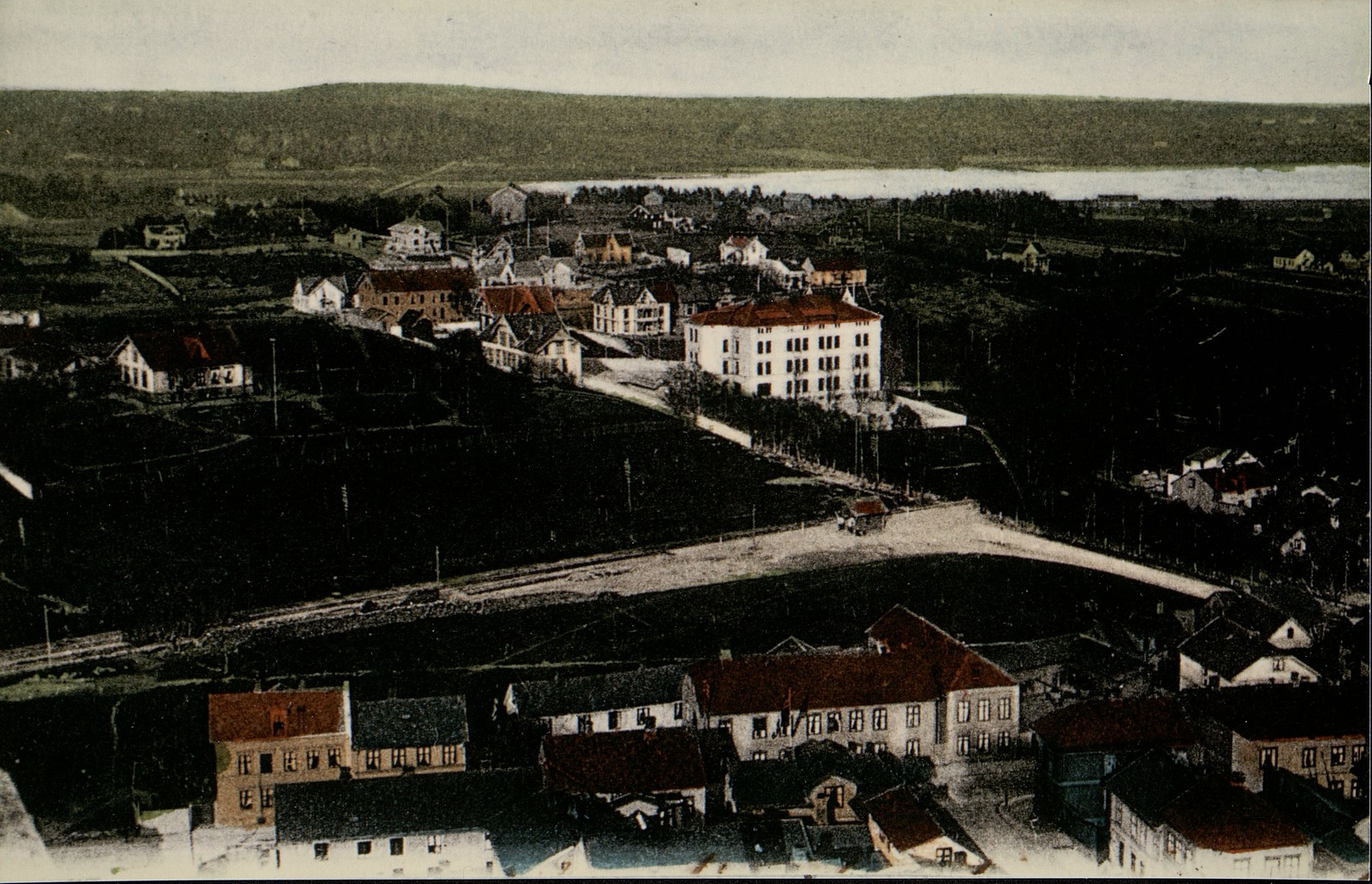 Panoramabilde av fabrikkbygningen og tomten i Anders Larsens gate 15. ca 1900. Fotograf ukjent.