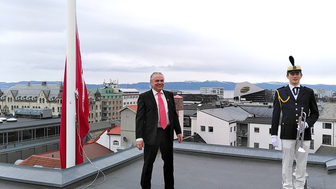 Flaggheising med fanfare på Folkets hus i Trondheim