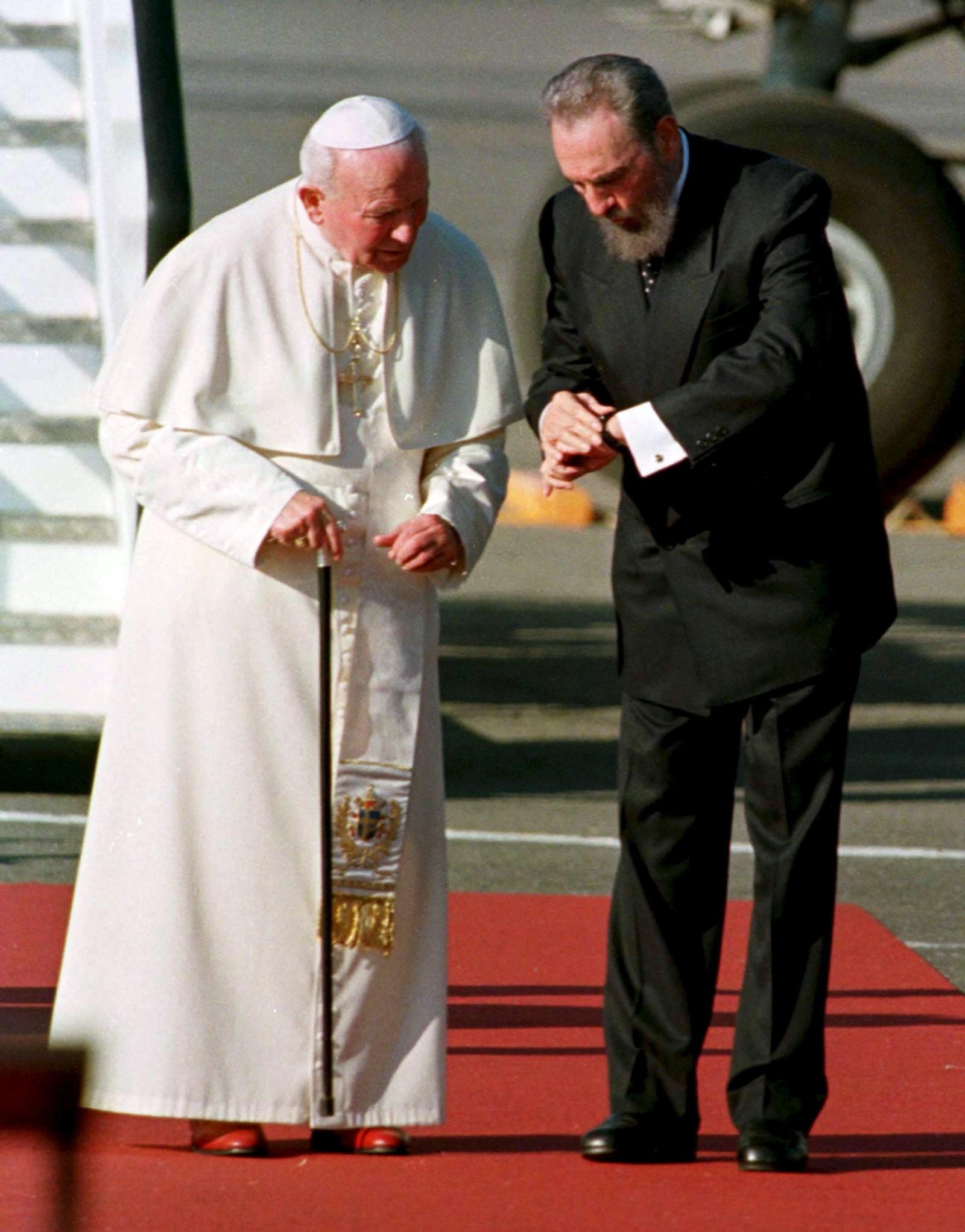 De revolusjonære frontene myknet etter hvert for Fidel Castro. Den cubanske presidenten som var oppdratt som katolikk og utdannet på jesuittskole, erklærte både seg selv og Cuba for ateistisk. Religiøse skoler ble forbudt, kirker stengt og prester vist bort. Deretter ble grepet løsnet og de to siste tiårene har den sittende paven vært en regelmessig gjest på Cuba, her fra pave Johannes Paul II sin visitt i 1998.