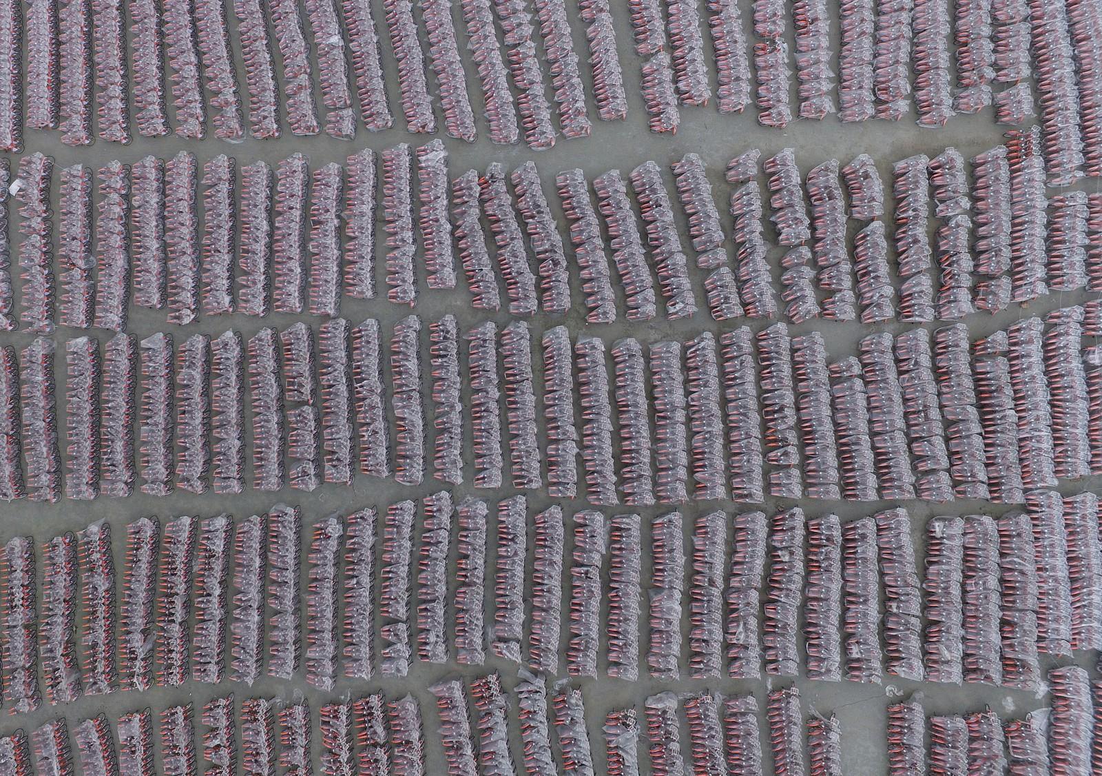 10.000 sykler i kinesiske Guangzhou sett fra lufta. Syklene står under presenning før de skal tas i bruk.