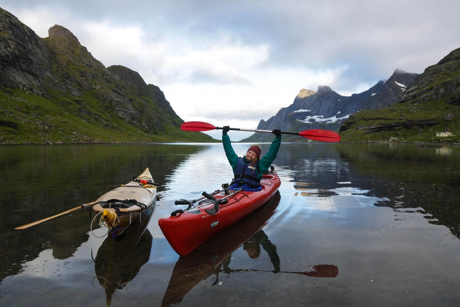 Søsknene har padlet inn Reinefjorden og skal gå over til Bunes. Katrine Wegge gikk turen på krykker(!).