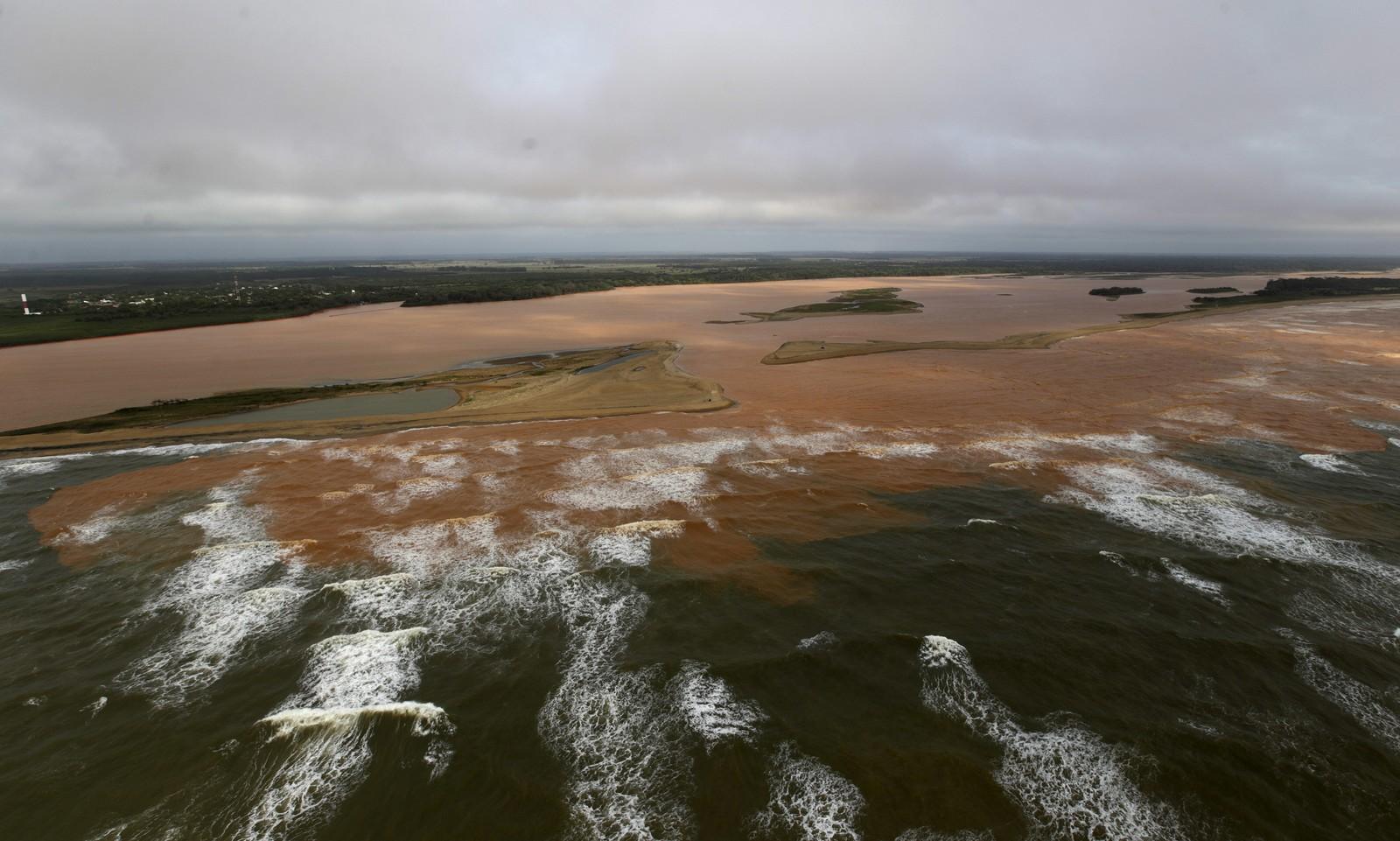 Munningen av Rio Doce der gjørma no har nådd etter å ha flytt i 500 kilometer.