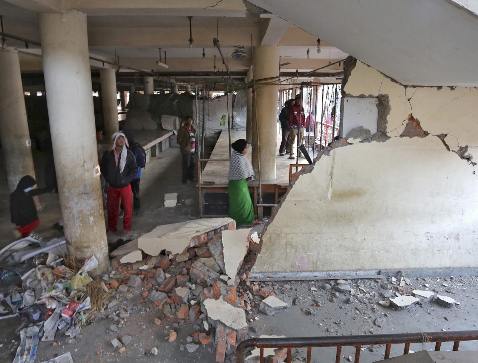 Bygningane rundt marknadsplassen i Imphal har fått store skadar etter skjelvet.