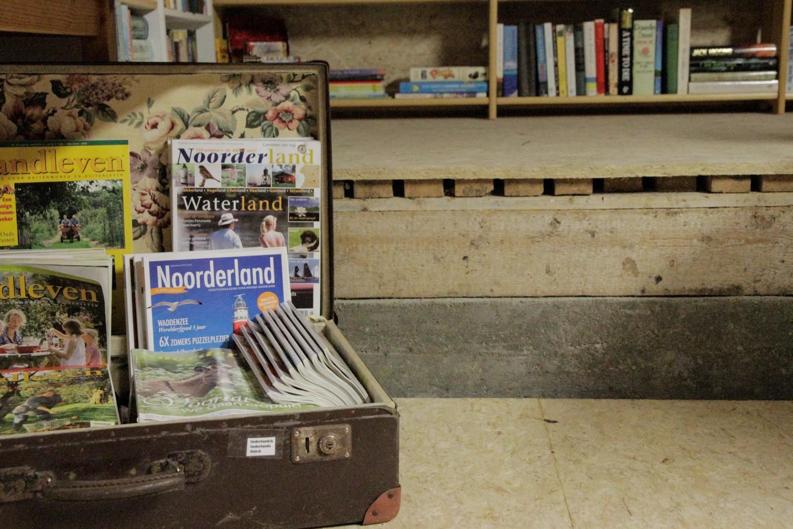 I det internasjonale hjørnet har ein reisekoffert med innhald frå Nederland fått plass.