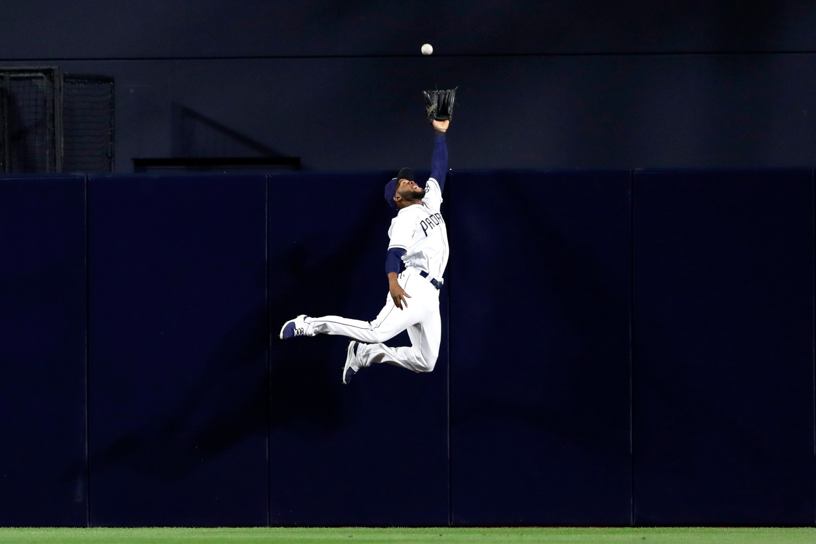 Høyt henger de, og sure er de, særlig når du ikke får fatt i dem. San Diegos Padres Manuel Margot prøver så godt han kan, men klarer ikke fange ballen.