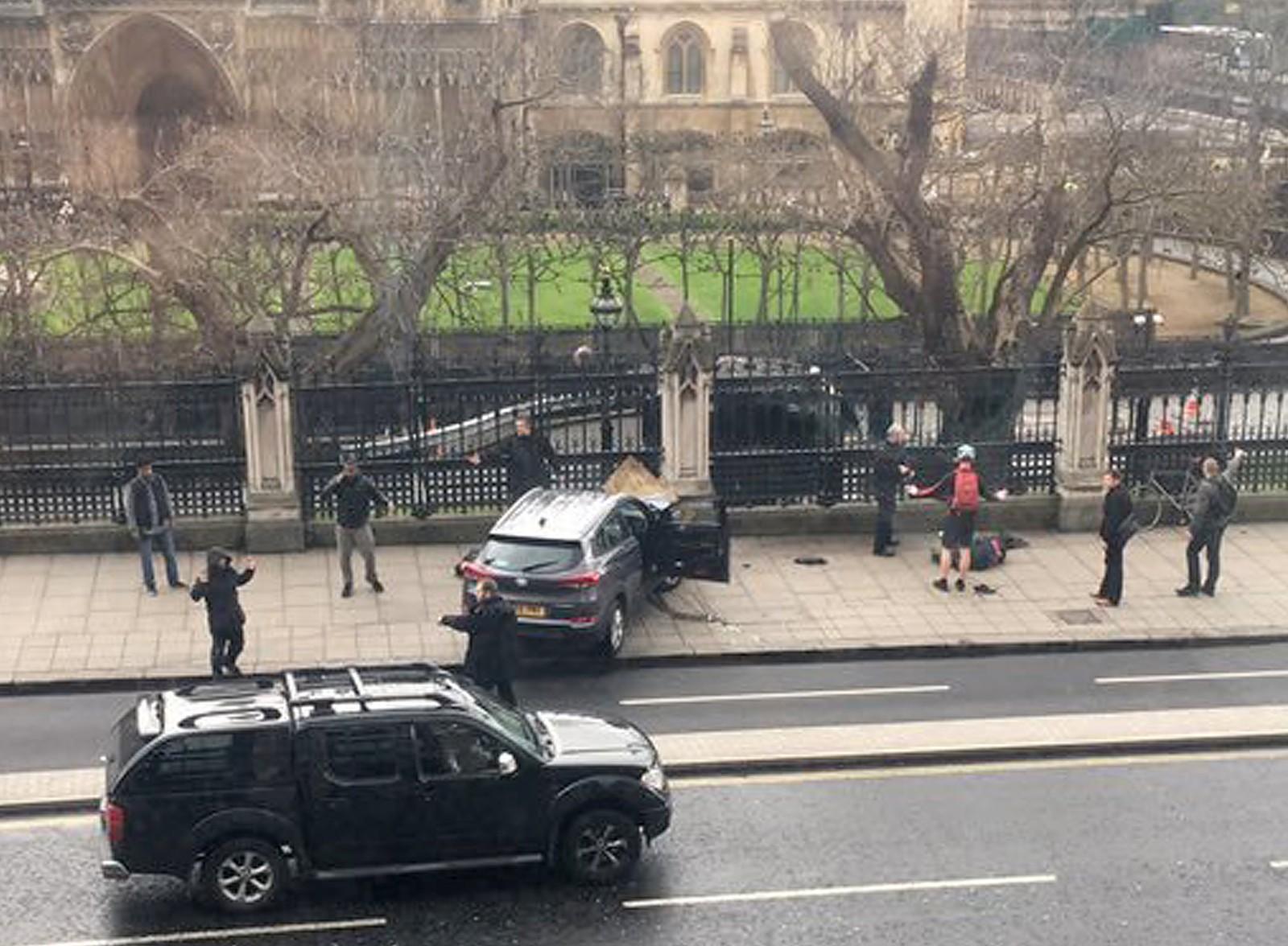 Etter å ha kjørt ned en rekke fotgjengere, krasjet gjerningspersonen bilen inn i et gjerde ved parlamentet i London.