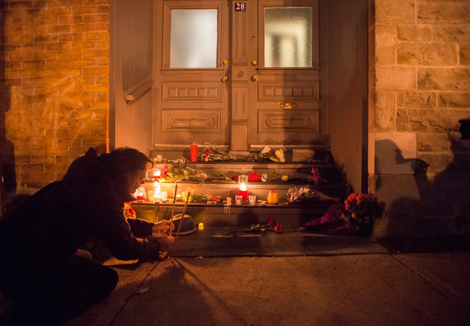BLE 82: Folk legger ned blomster og lys foran boligen til avdøde Leonard Cohen i Montreal.