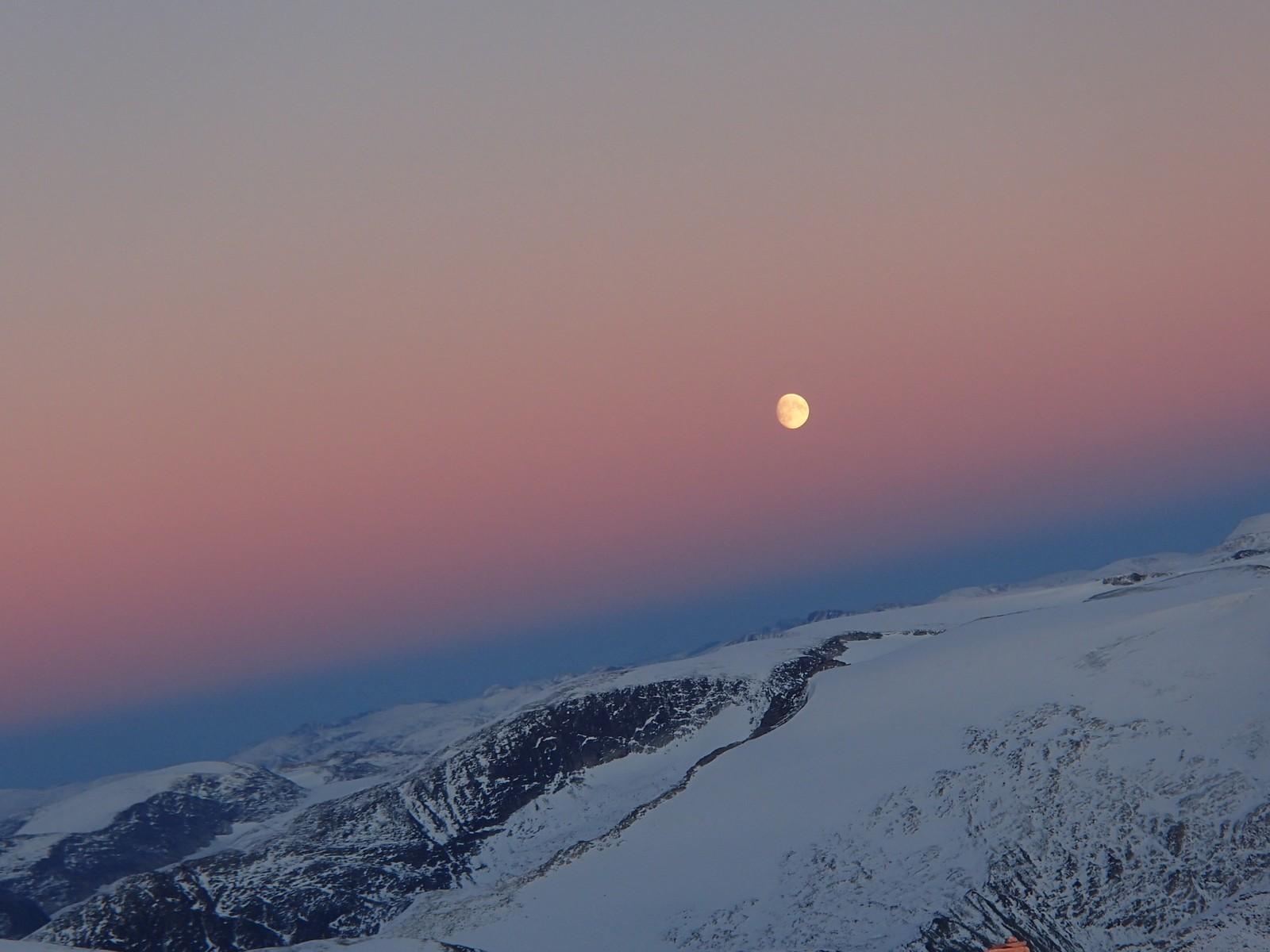 Månen med vakre bakgrunnsfargar over Jostedalsbreen frå Skåla.