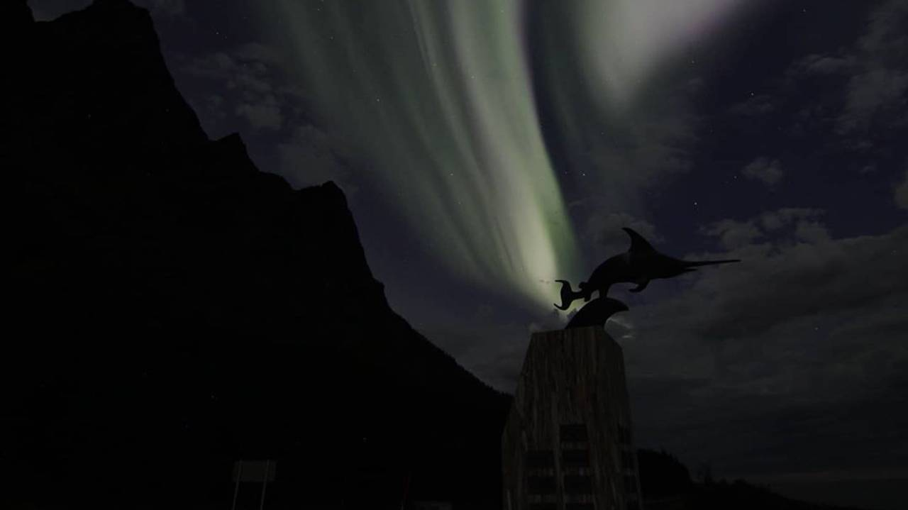 Uredd-monumentet under nordlyset