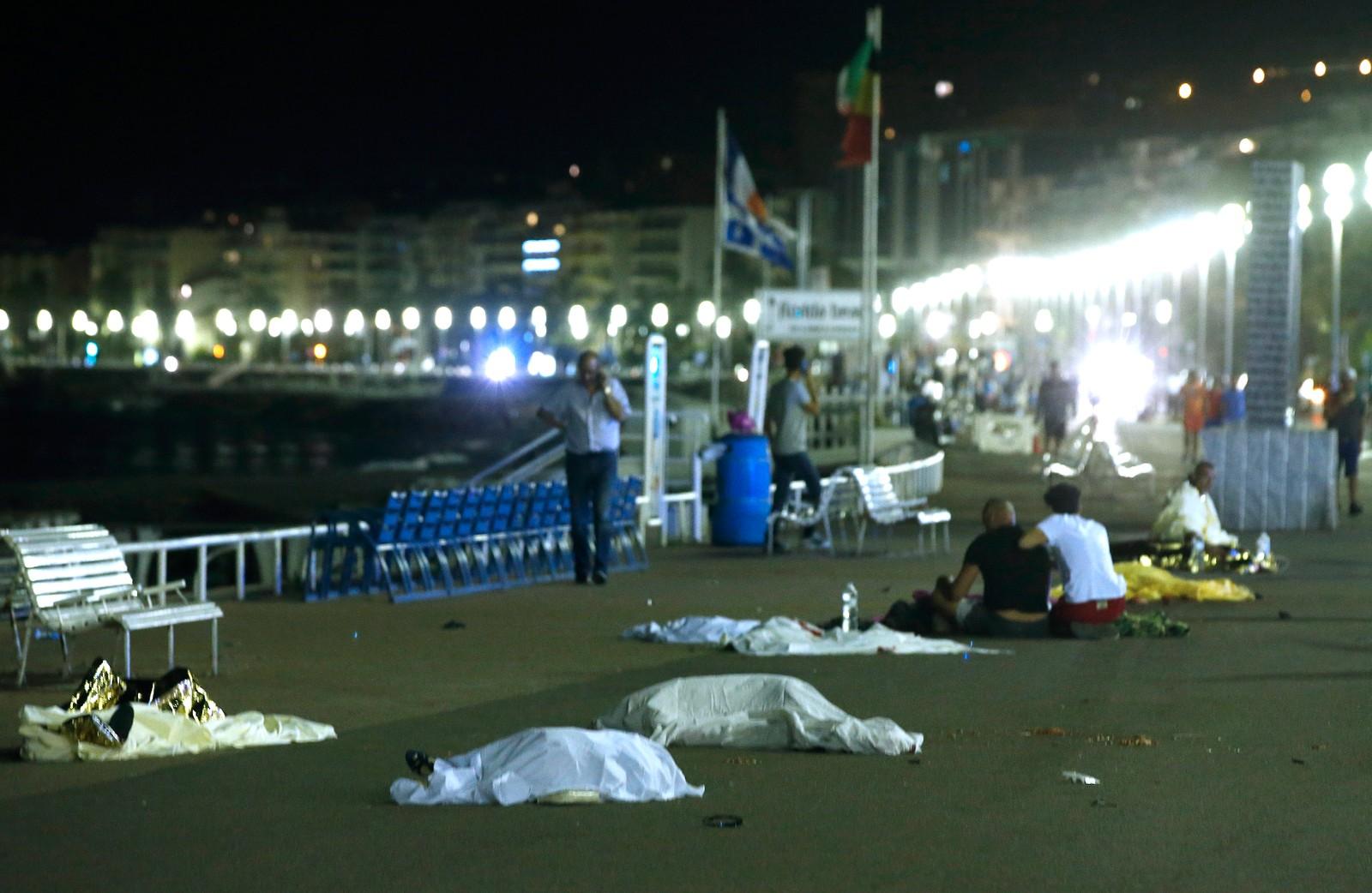 Terrorangrep i Nice 14. juli 2016: Skadde og omkomne ligger på strandpromenaden i Nice.
