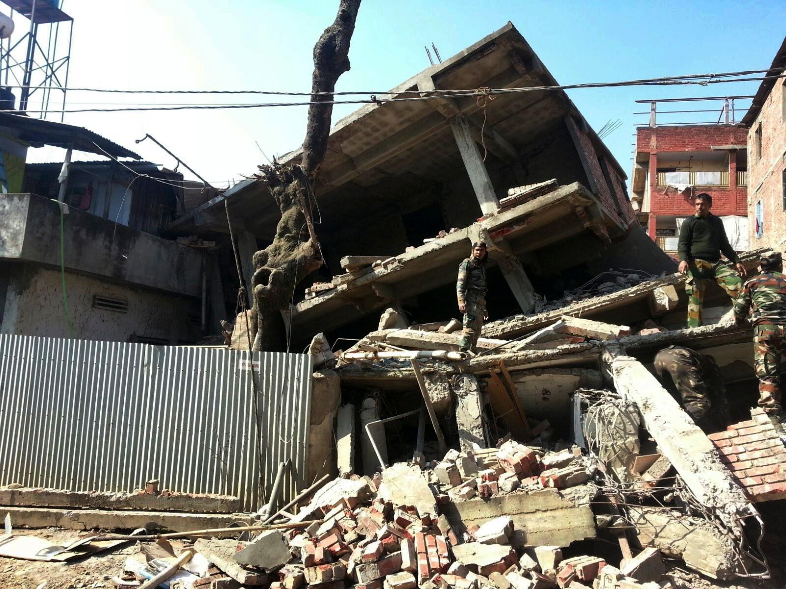 Veggar og tak kollapsa då det kraftige jordskjelvet ramma i natt.