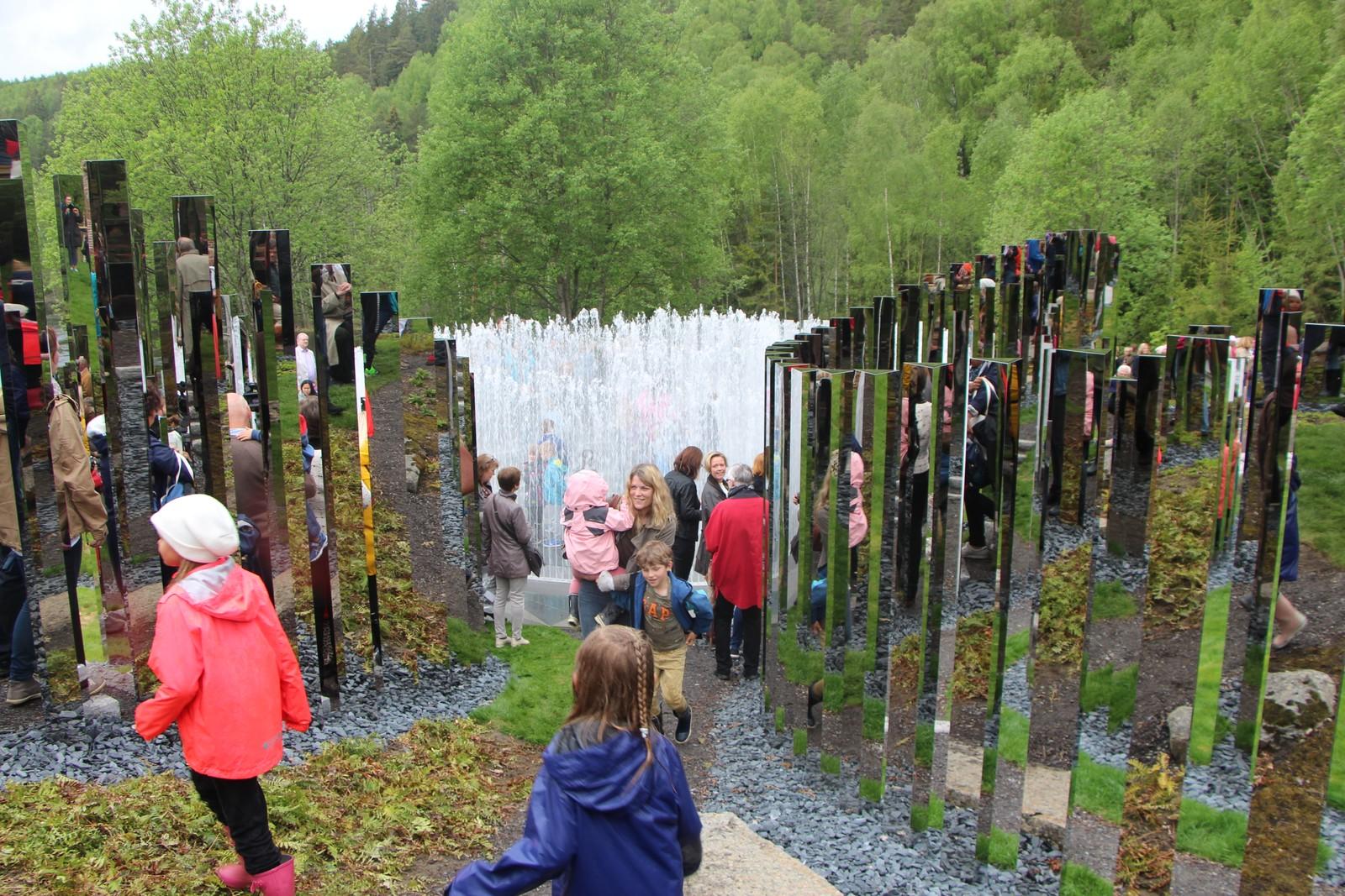 Og endelig fikk publikum ta kunstverket nærmere i øyesyn. Det er bygget opp av 460 speilblanke søyler.