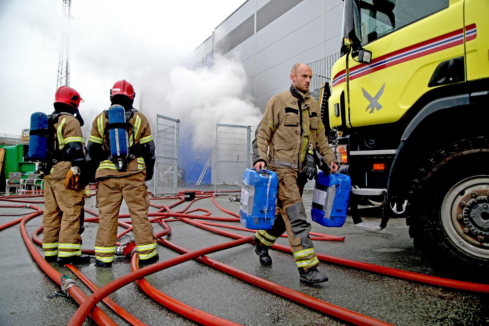 Brannvesenet har fått hentet inn ekstra brannmannskaper fra Bodø hovedflystasjon og fra nabokommunen Fauske.